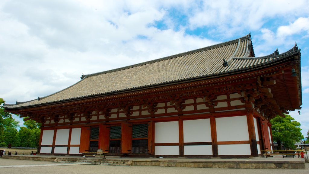 Toji Temple which includes religious elements, heritage architecture and a temple or place of worship