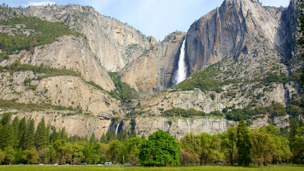 Lower Yosemite Falls which includes mountains and a cascade
