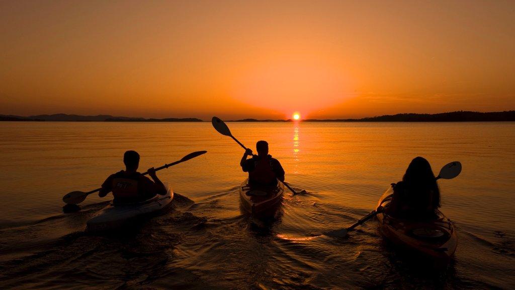 Reserva Parque estatal Lake Ouachita que incluye vistas generales de la costa, kayak o canoa y una puesta de sol