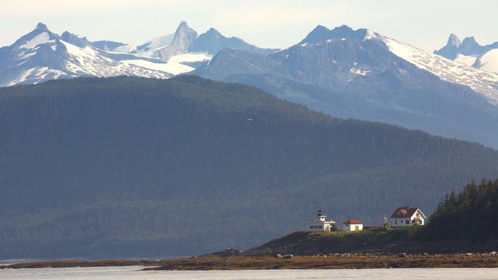 Parque marino estatal de la bahía Funter ofreciendo una pequeña ciudad o pueblo y montañas