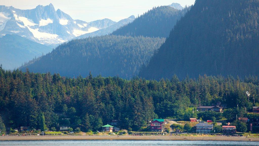 Parque marino estatal de la bahía Funter mostrando un lago o abrevadero, una pequeña ciudad o pueblo y montañas