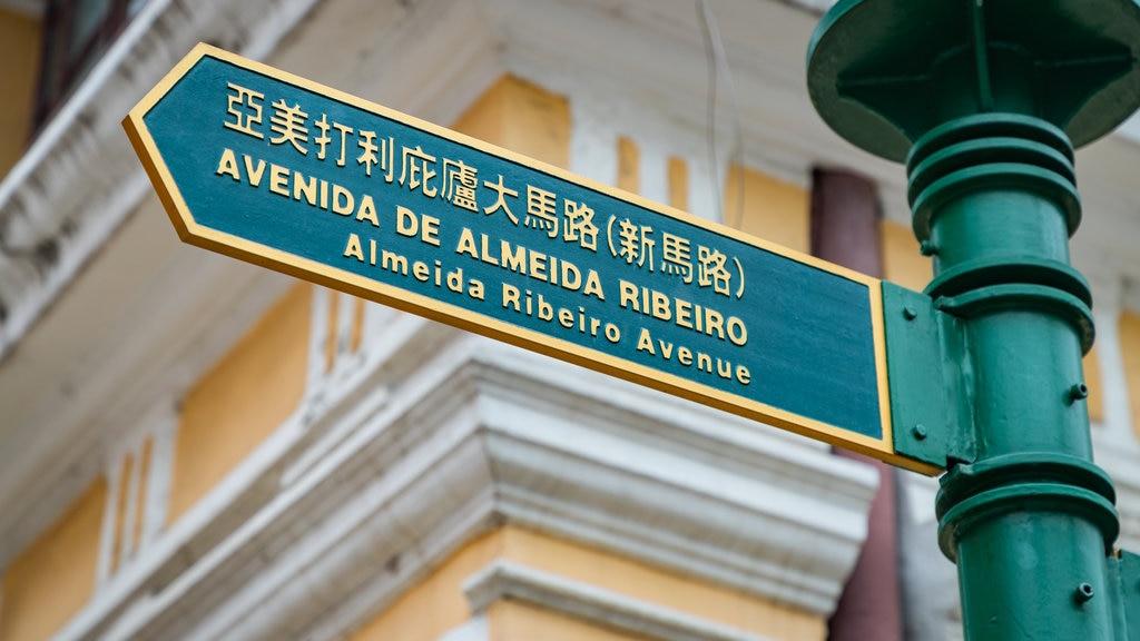 Senado Square featuring signage