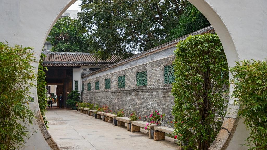 Mandarin\'s House showing a garden