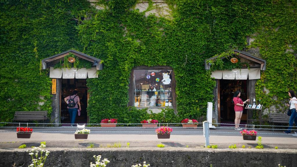 Calle Sakaimachi ofreciendo flores