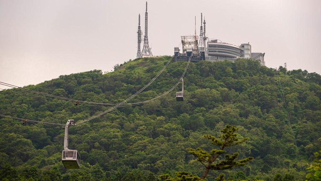 Telecabina de Hakodate que incluye una góndola, montañas y vistas de paisajes