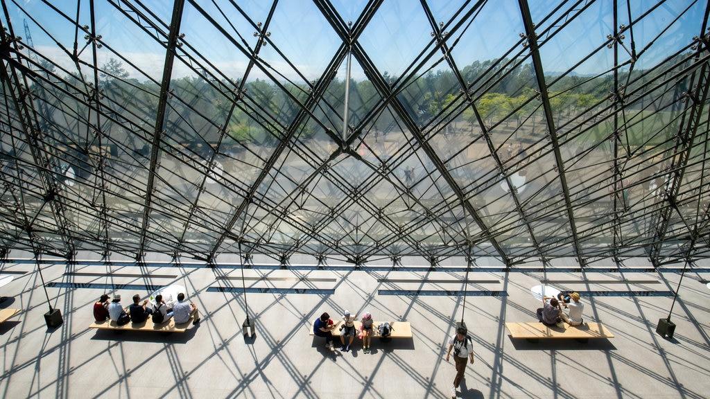 Parque Moerenuma ofreciendo arquitectura moderna y vistas interiores y también un pequeño grupo de personas