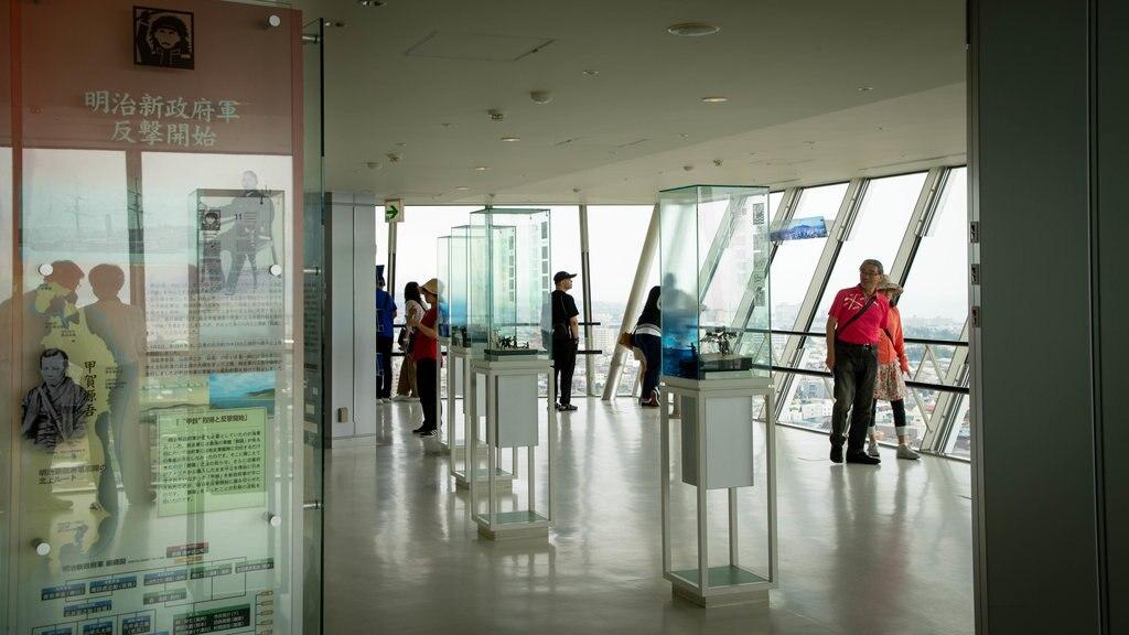 Torre Goryokaku que incluye vistas y vistas interiores y también un pequeño grupo de personas