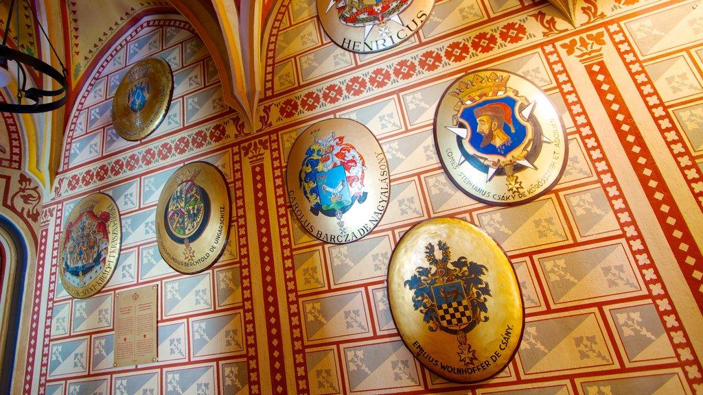 Igreja Matthias caracterizando vistas internas, aspectos religiosos e uma igreja ou catedral