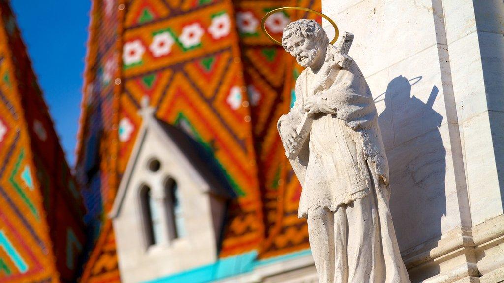 Igreja Matthias caracterizando aspectos religiosos, uma igreja ou catedral e uma estátua ou escultura