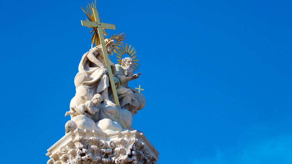 Igreja Matthias caracterizando uma estátua ou escultura e aspectos religiosos