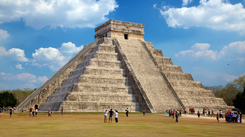 Riviera Maya showing heritage architecture, a square or plaza and a monument