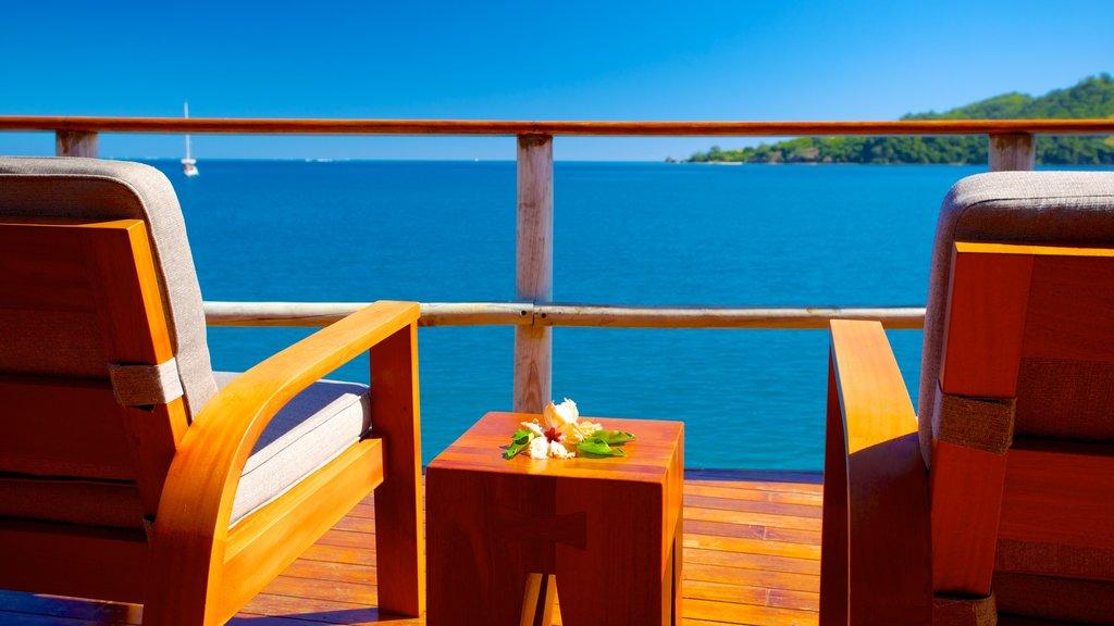Fiji ofreciendo un hotel o resort de lujo, vistas y una ciudad costera