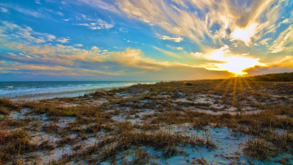 Parque Estatal de Huntington Beach que incluye una playa de arena, una puesta de sol y vistas de paisajes