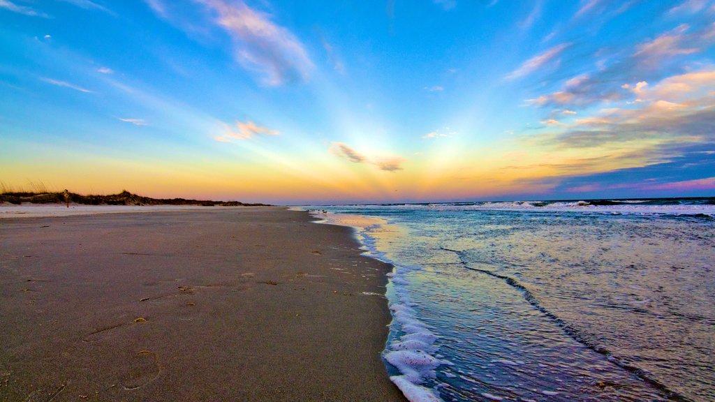 Parque Estatal de Huntington Beach ofreciendo una playa de arena y una puesta de sol