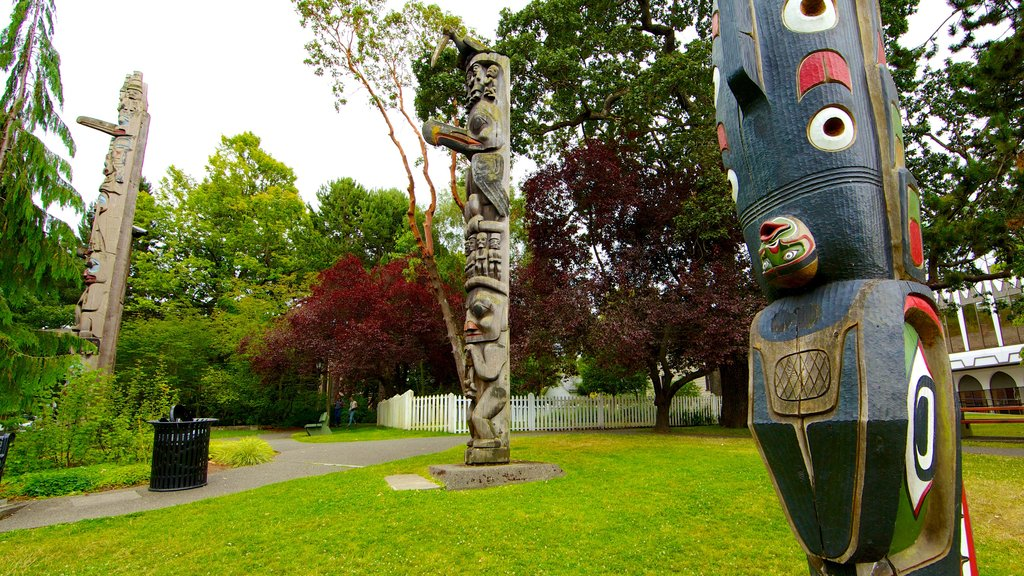 Thunderbird Park - Royal BC Museum featuring outdoor art, a park and art
