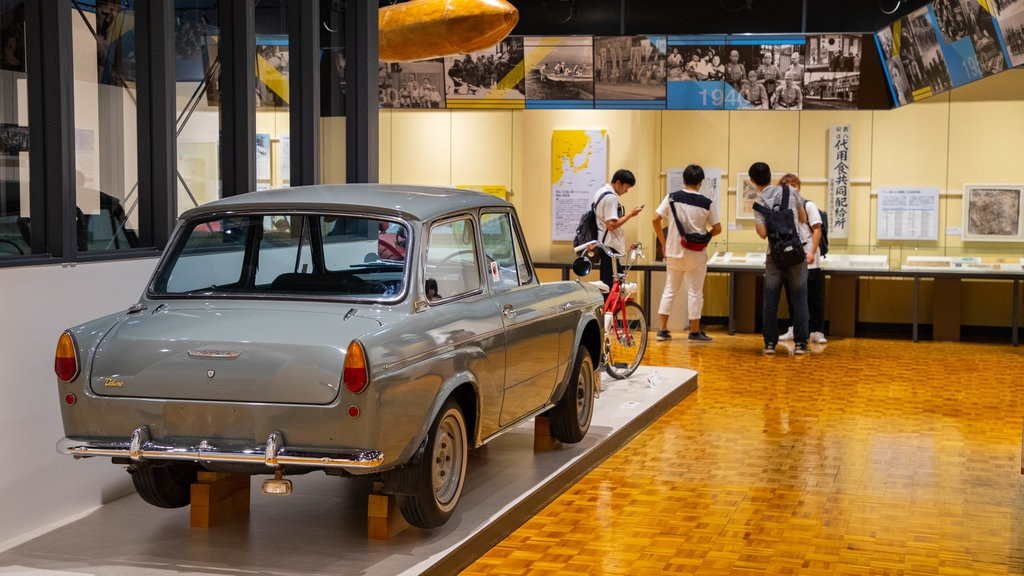 Museo de Historia de Hokkaido que incluye vistas interiores y elementos del patrimonio y también un pequeño grupo de personas