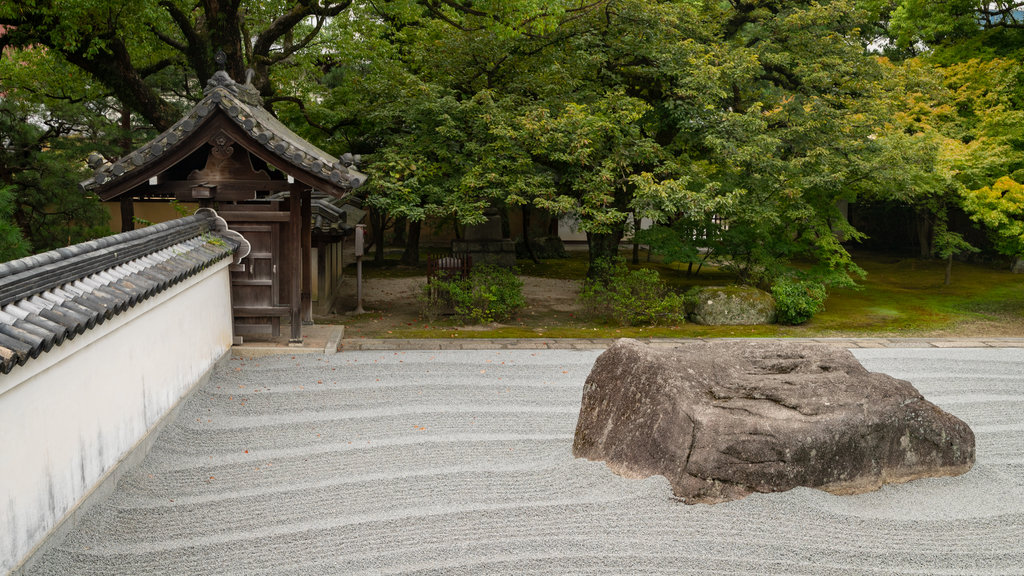 Jotenji Temple showing a park and a sandy beach