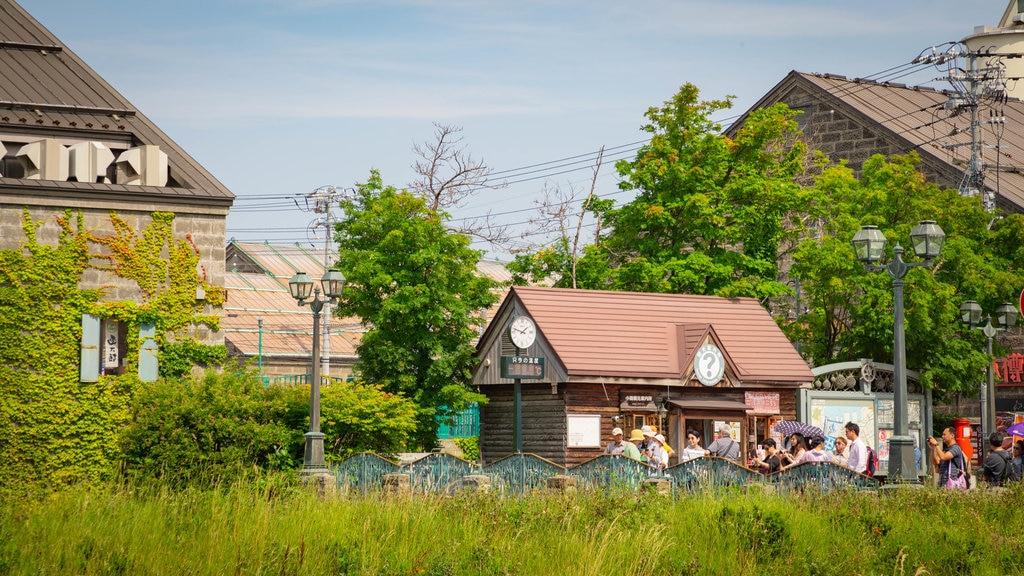 Otaru Canal ofreciendo una pequeña ciudad o pueblo y también un pequeño grupo de personas