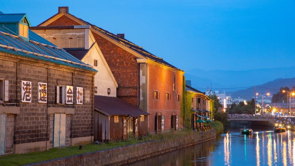 Otaru Canal ofreciendo escenas nocturnas y un río o arroyo