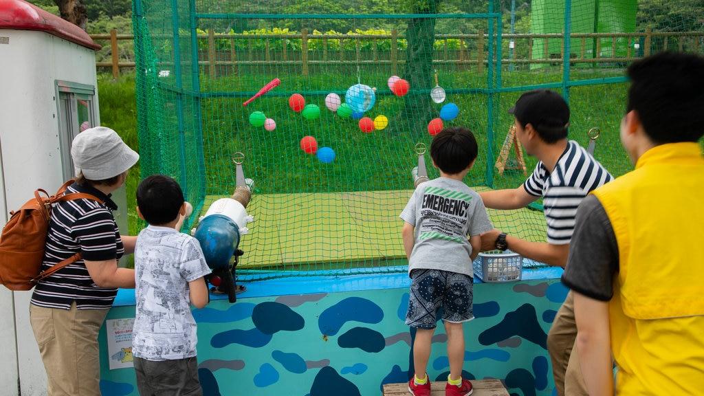Parque de Hakodate ofreciendo un parque infantil y también una familia
