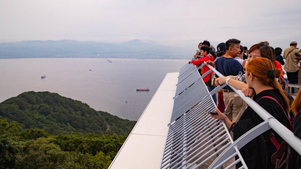 Telecabina de Hakodate que incluye vistas y un lago o abrevadero y también un pequeño grupo de personas