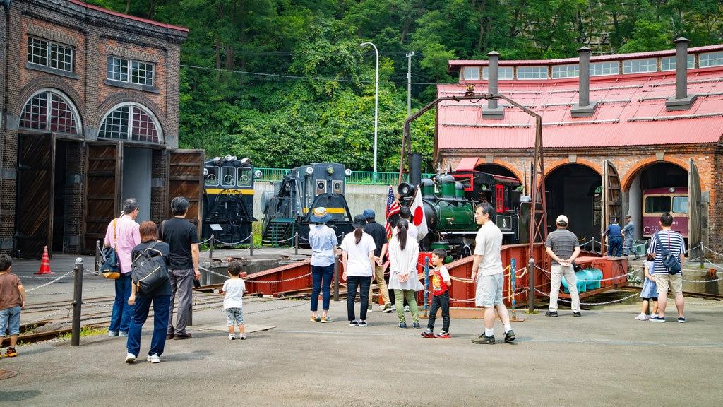 Museo General Ungakan de la Ciudad de Otaru que incluye artículos de ferrocarril y elementos del patrimonio y también una familia