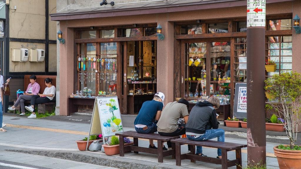 Calle Sakaimachi mostrando escenas urbanas y también un pequeño grupo de personas