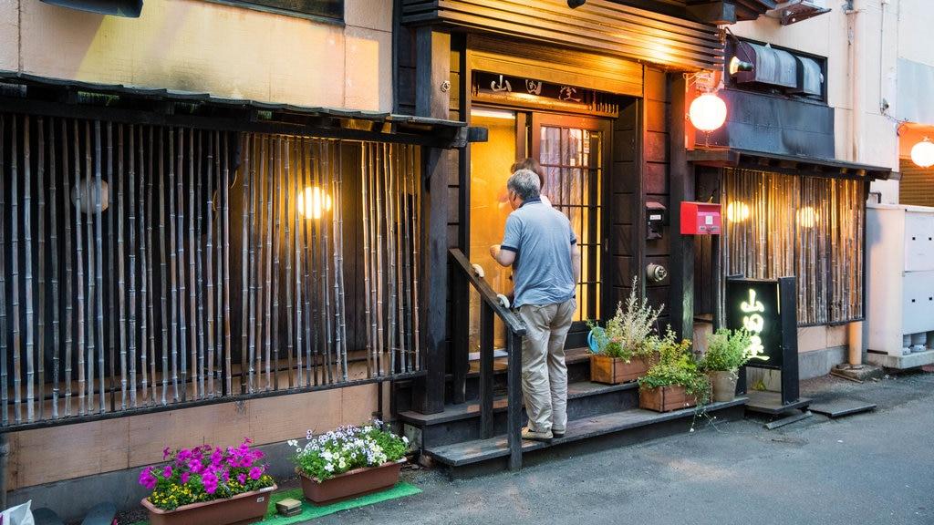 Hanazono local restaurant area ofreciendo escenas urbanas y también un hombre