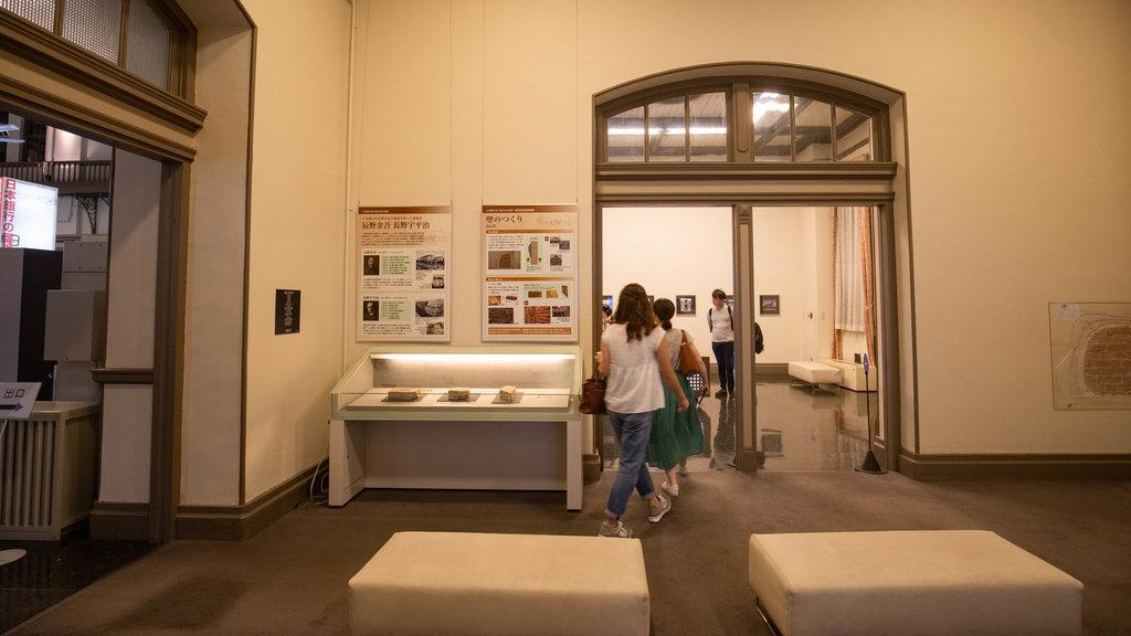 Otaru que incluye vistas interiores y también un pequeño grupo de personas