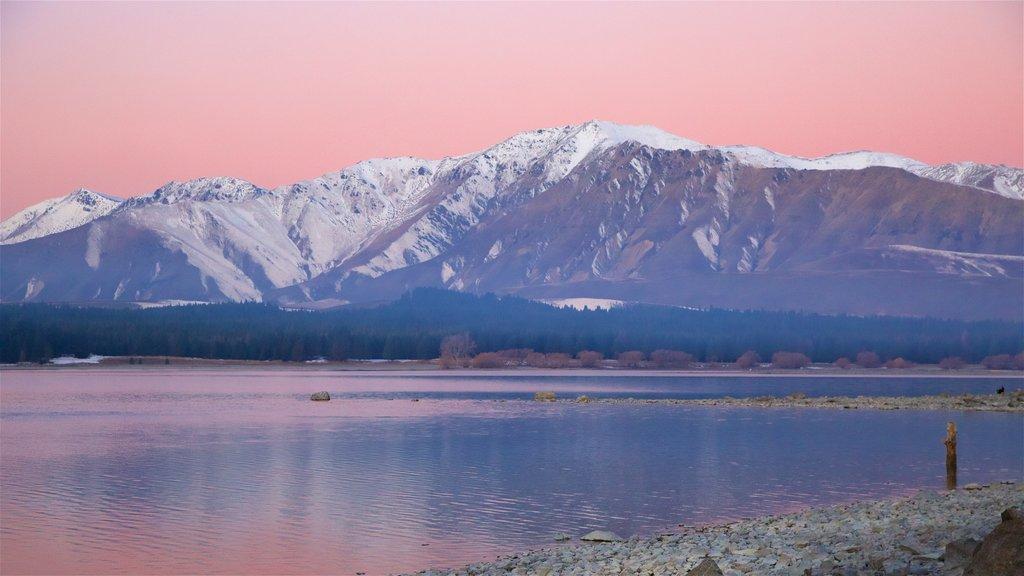 Condado de Mackenzie mostrando vistas de paisajes, una puesta de sol y un lago o abrevadero