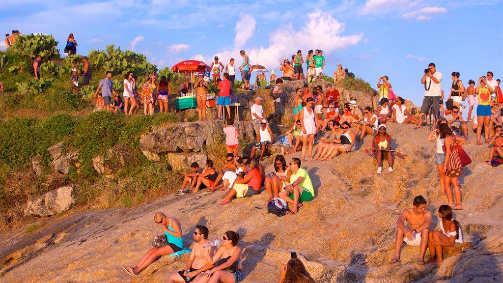 Zona Sur ofreciendo costa rocosa, una puesta de sol y vistas generales de la costa