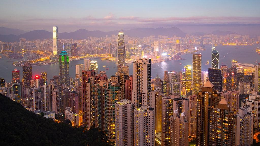 The Peak que incluye una puesta de sol, vistas de paisajes y una ciudad