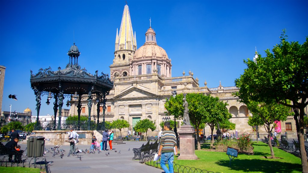 Downtown Guadalajara which includes heritage architecture and a park