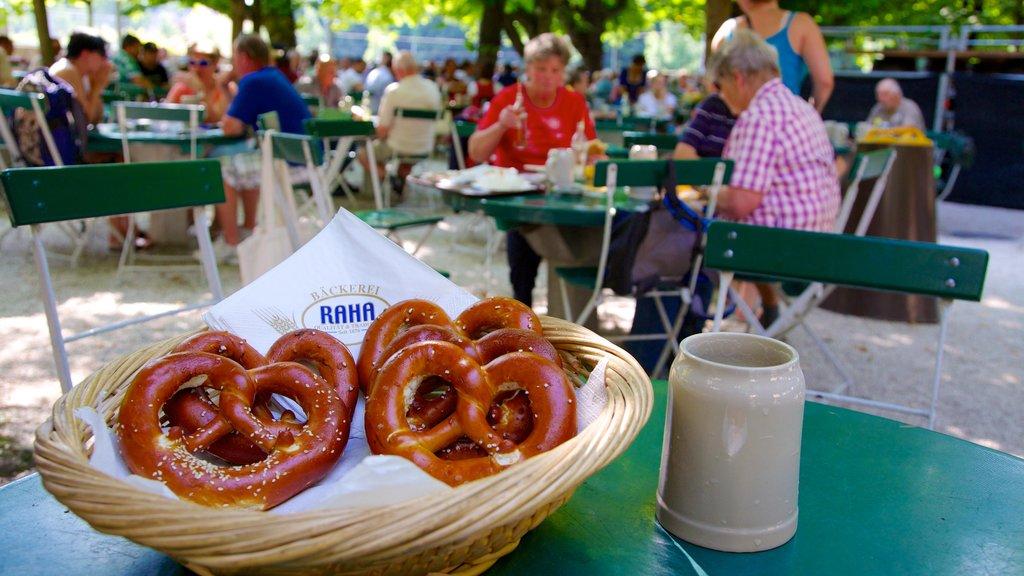 Augustiner Brewery mostrando comida y comer al aire libre y también un gran grupo de personas