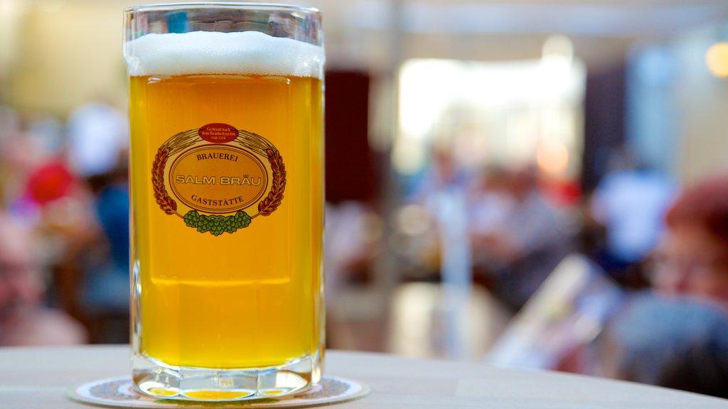 Viena ofreciendo un bar, señalización y refrescos o bebidas