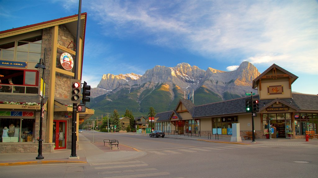 Canmore showing a small town or village and mountains