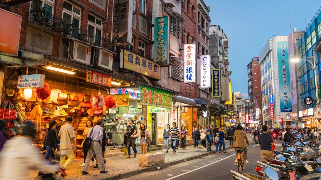 Tamsui Old Street mostrando escenas nocturnas, una ciudad y escenas urbanas