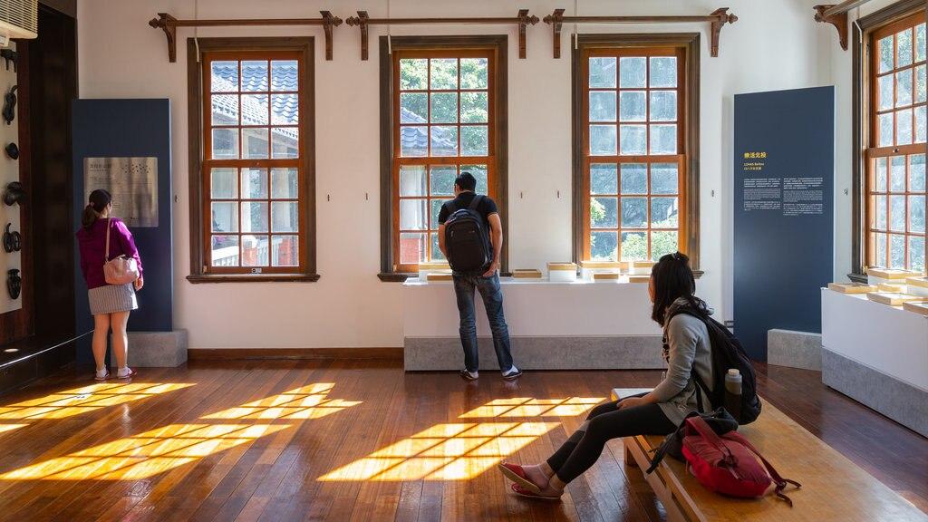 Museo de aguas termales de Beitou mostrando vistas interiores y también un pequeño grupo de personas