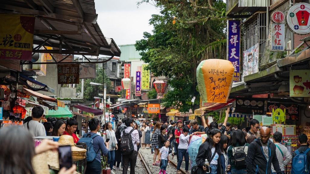 Shifen Old Street showing street scenes