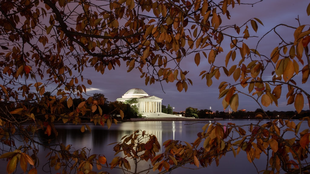 Jefferson Memorial showing a lake or waterhole, night scenes and heritage architecture