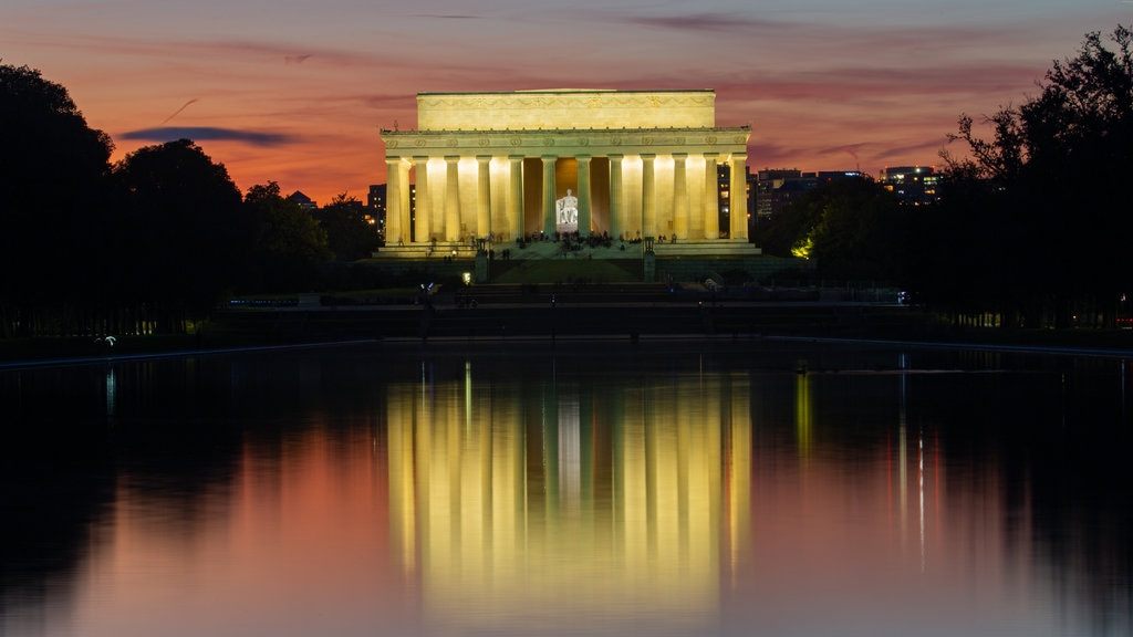 National Mall which includes heritage architecture, a lake or waterhole and an administrative buidling