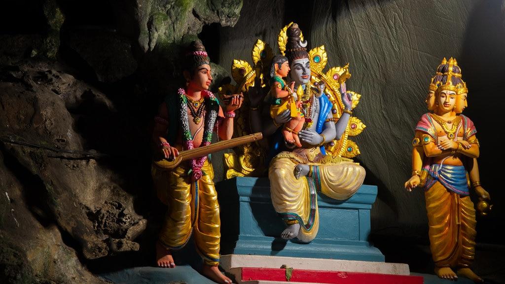 Cuevas Batu mostrando elementos del patrimonio, aspectos religiosos y vistas interiores