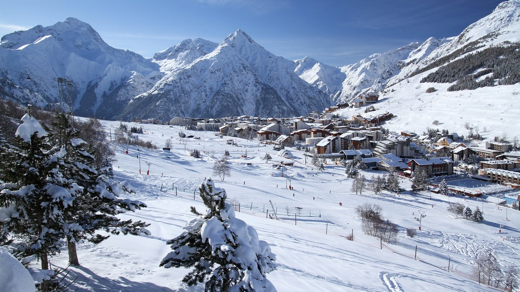 Mont-de-Lans showing mountains and snow
