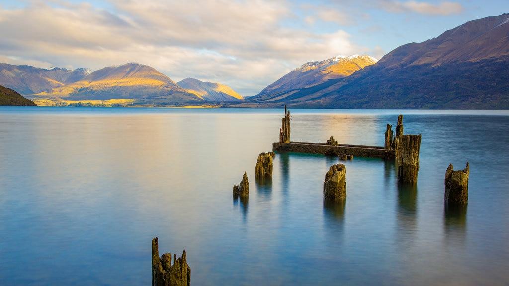 Isla del Sur ofreciendo una puesta de sol y un lago o abrevadero