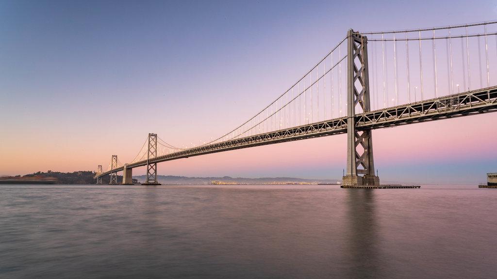 Isla Treasure ofreciendo un río o arroyo, un puente y una puesta de sol