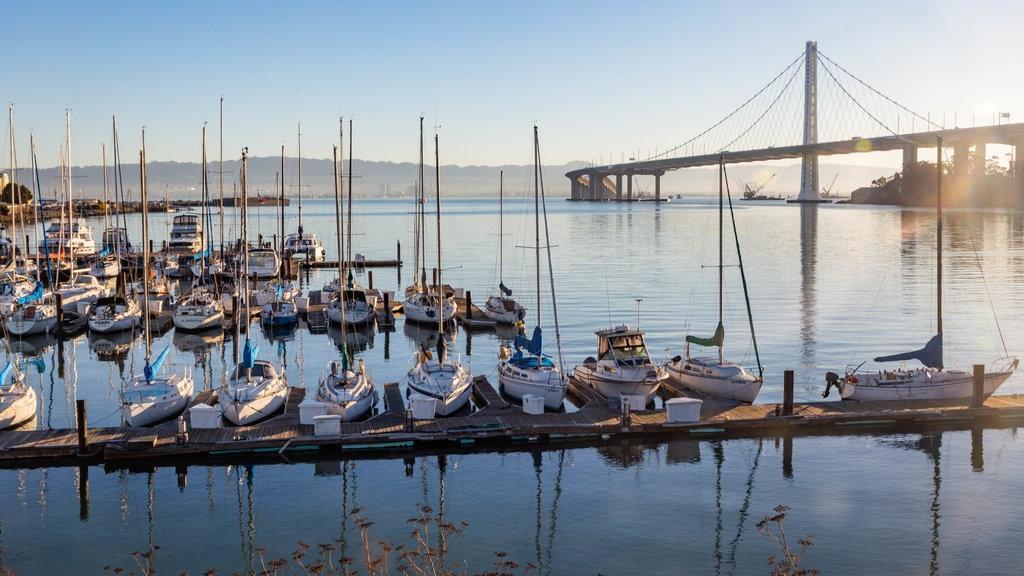 Isla Treasure ofreciendo una bahía o puerto y una puesta de sol
