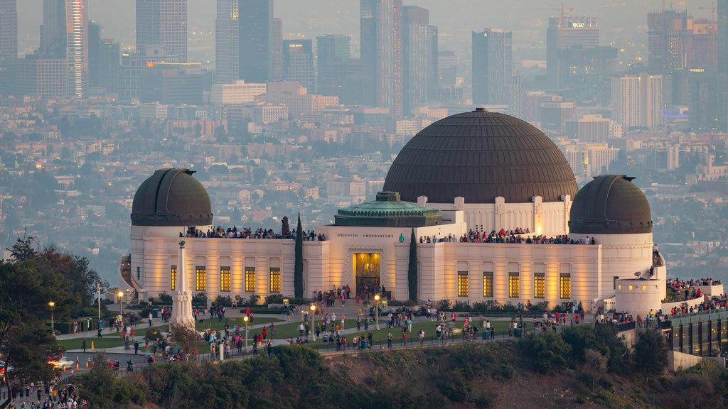 Observatorio Griffith ofreciendo vistas de paisajes, una ciudad y un observatorio