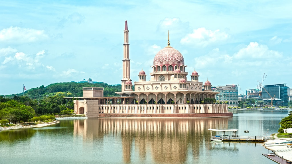 Putra Mosque showing a mosque, a bay or harbor and heritage architecture