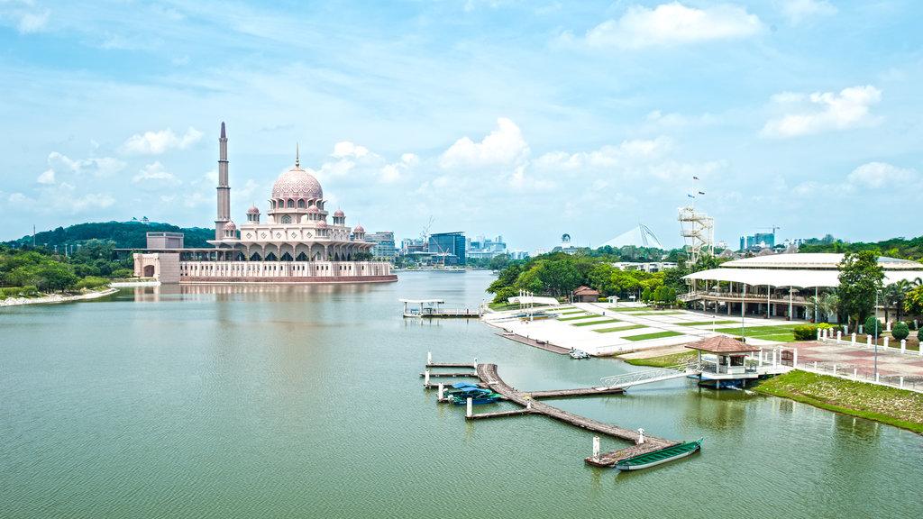 Mezquita de Putra mostrando una mezquita, una bahía o puerto y patrimonio de arquitectura