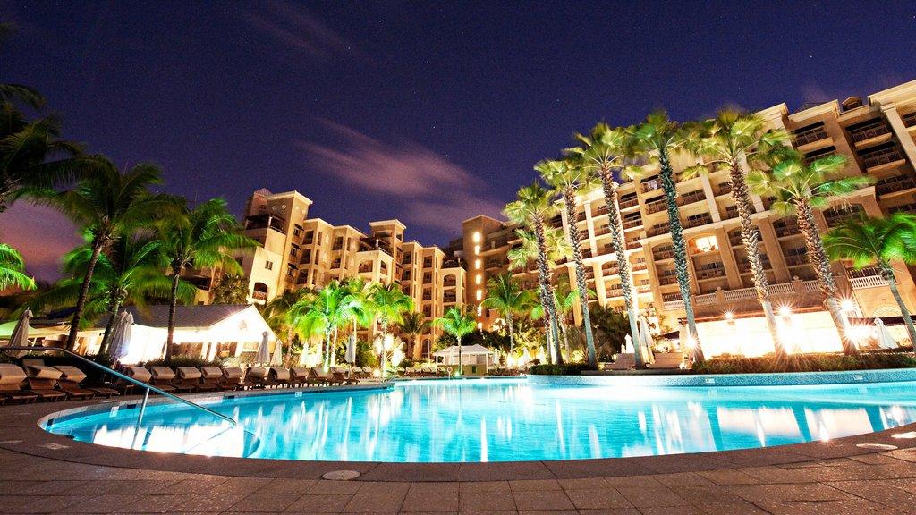 Islas Caimán que incluye una alberca, un hotel y escenas nocturnas
